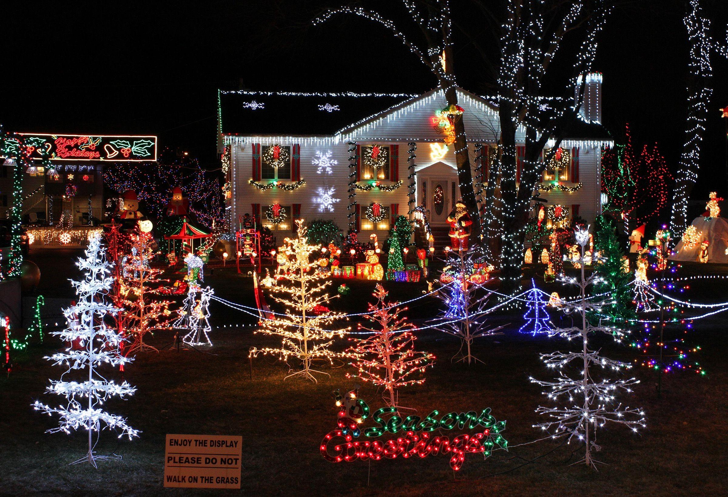Christmas Lights house display 5893edf13df78caebc JPG